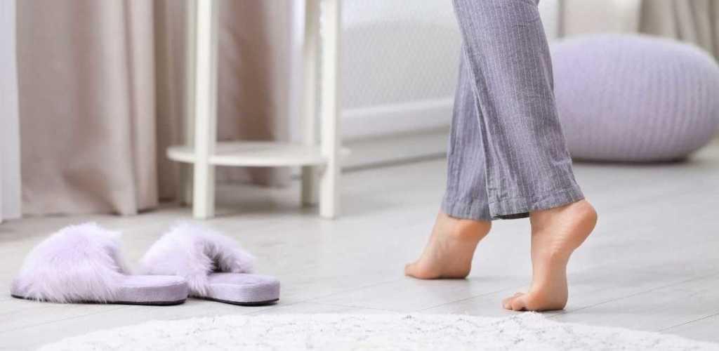 רגלים על רצפה חמה