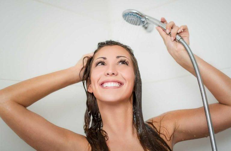 אישה מתקלחת במים חמים
