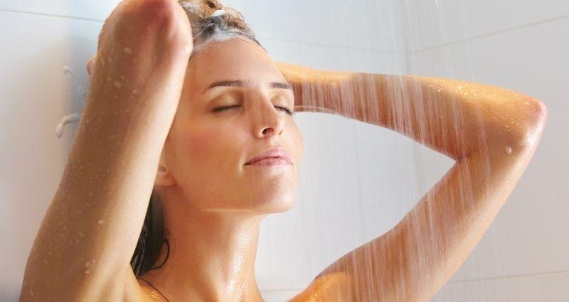 אישה במקלחת